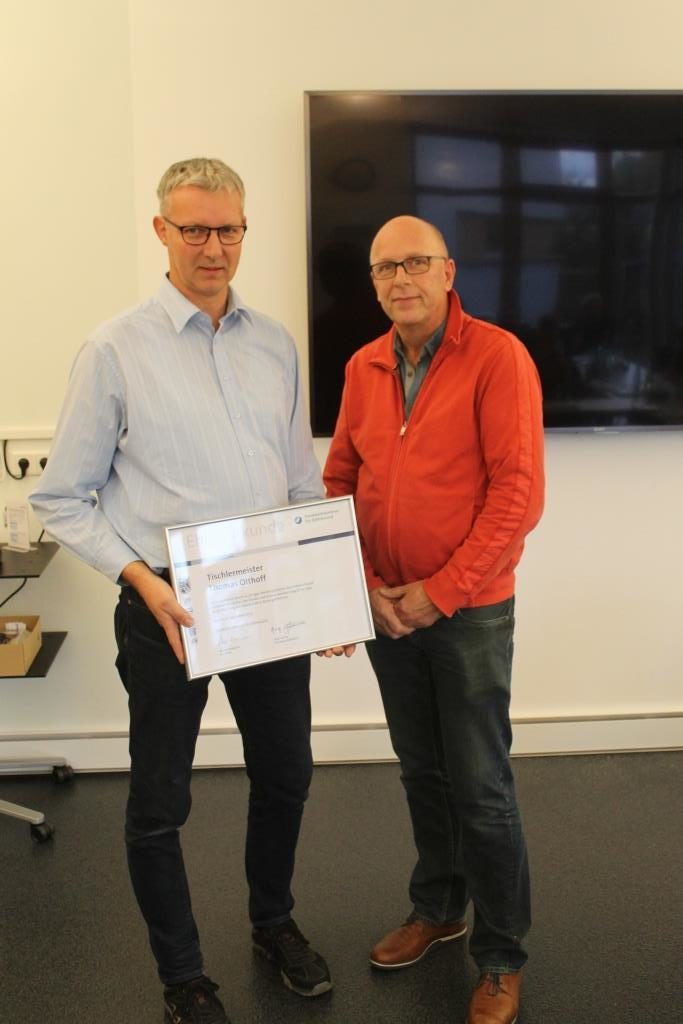 Tischlermeister Thomas Olthoff erhielt zum 25-jährigen Meisterjubiläum eine Urkunde überreicht.