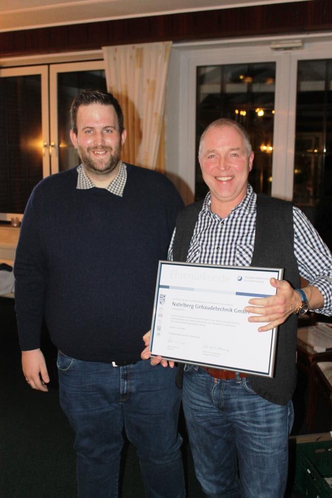 Obermeister Markus Wilken gratuliert Herrn Folker Natelberg zum 40-jährigen Geschäftsjubiläum der Natelberg Gebäudetechnik GmbH in Rhauderfehn.