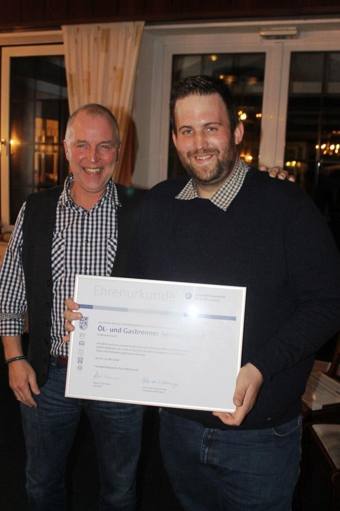 Herr Folker Natelberg (stellv. Obermeister) gratuliert Obermeister Markus Wilken zum 40. Geschäftsjubliäum der Öl- und Gasbrenner-Service GmbH in Moormerland.