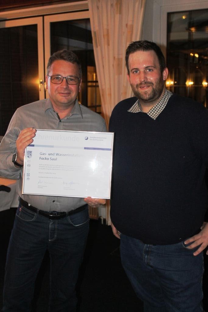 Obermeister Wilken gratuliert Herrn Focko Saul zum 25-jährigen Meisterjubiläum