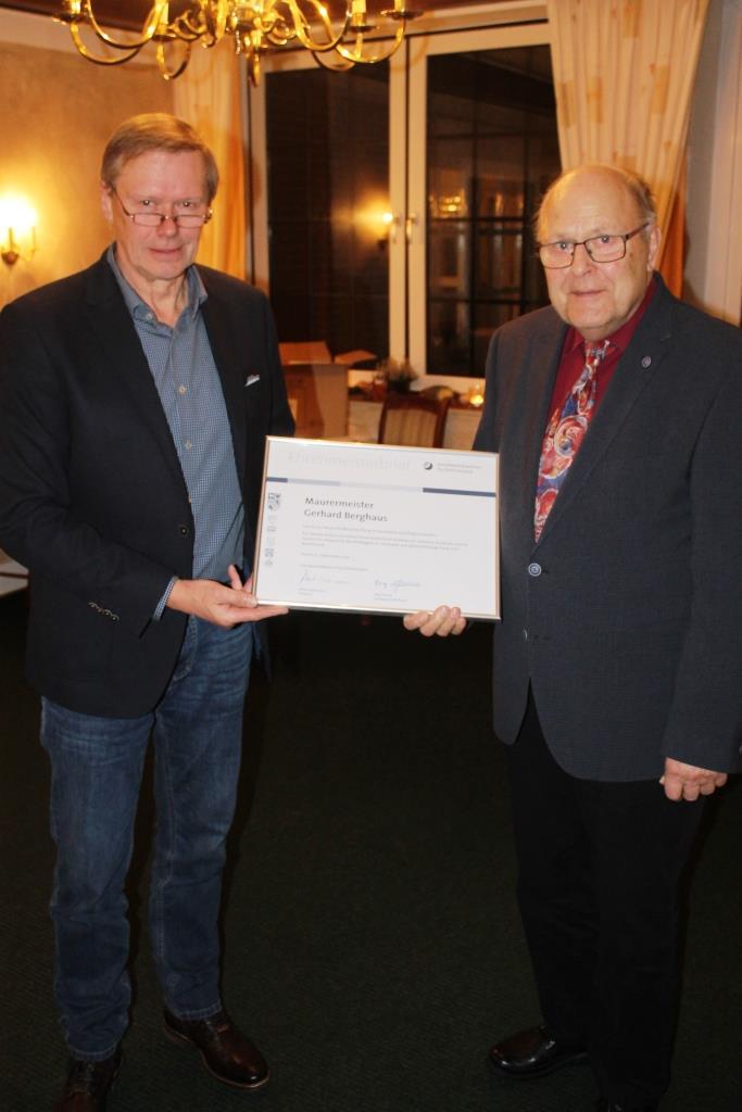 Obermeister Heiko de Vries gratuliert Herrn Gerhard Berghaus zum 50-jährigen Meisterjubiläum.