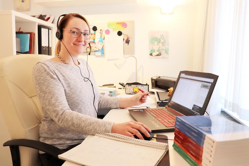 Vorteil des Online-Studiums: Unterricht am eigenen Schreibtisch verfolgen – Denise Utermöhlen zeigt, wie es geht. - Foto: HWK/W. Feldmann